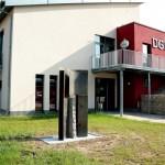 Dorfgemeinschaftshaus Hüffler, 2012, Cortenstahl und Granit, H 240 cm